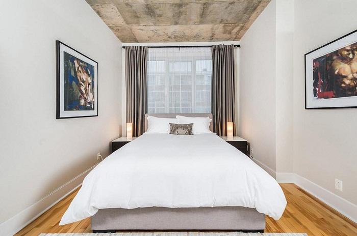 Потолок может быть акцентной стеной в оформлении интерьера маленькой спальни. | Фото: Stroy-podskazka.ru.
