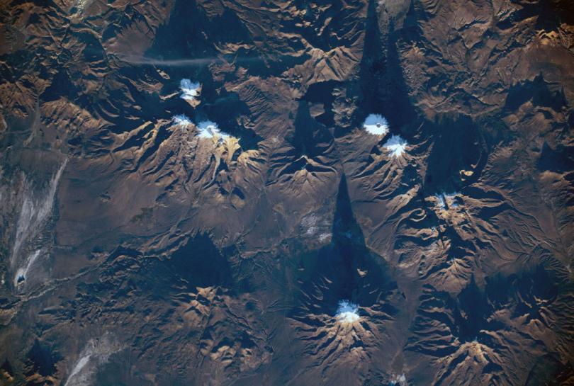 Внизу — Национальный парк Сахама — национальный парк на территории Западных Кордильер в департаменте Оруро, Боливия. (Фото NASA):