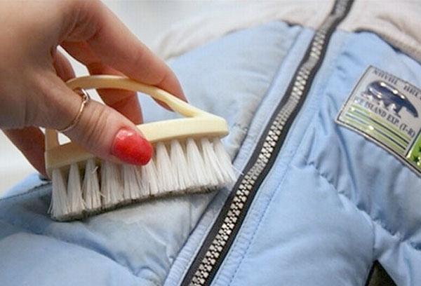 Чистим засаленные участки на рукавах, карманах и воротнике пуховика
