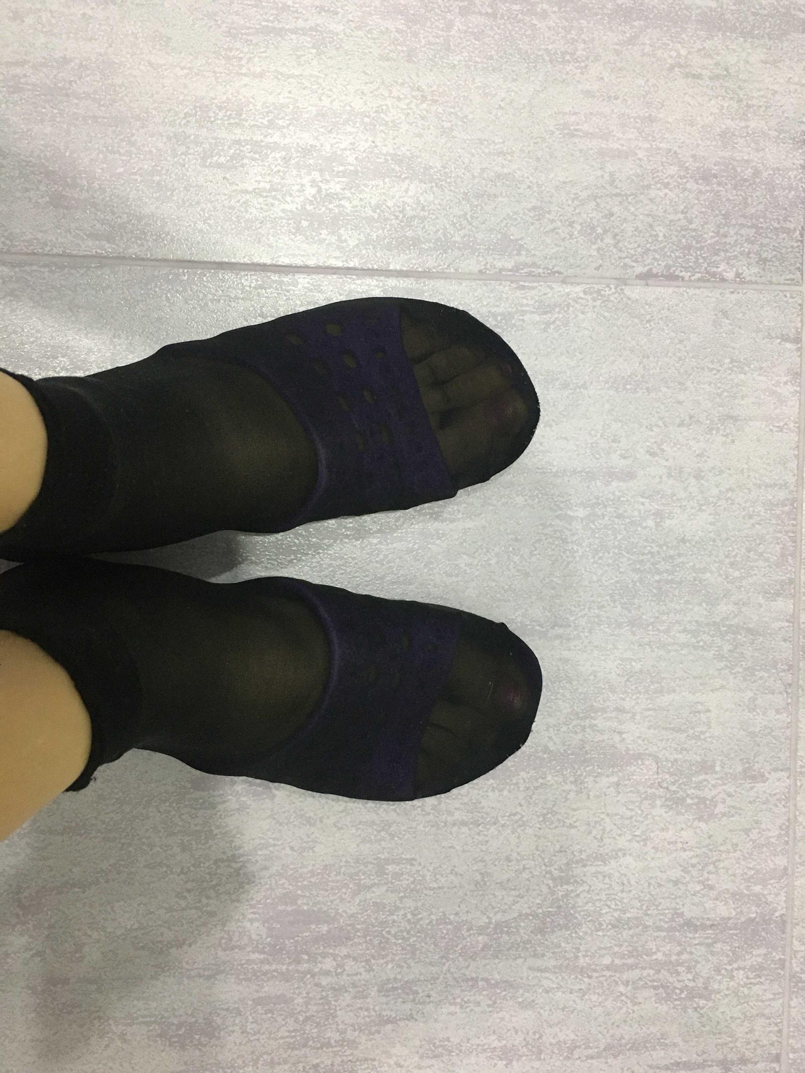 По примеру подруги из Китая надеваю носки на домашние тапочки, чтобы дома было чище