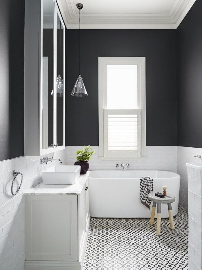 Современная водостойкая краска может с легкостью заменить кафельную плитку в ванной комнате