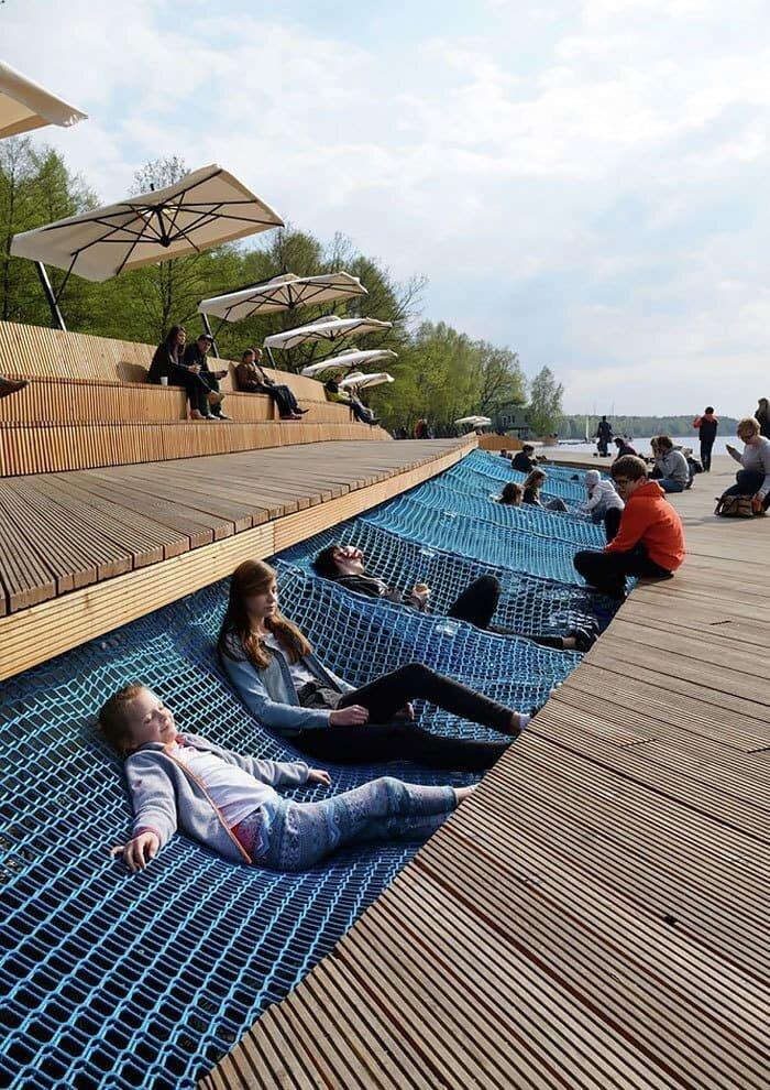 Усовершенствованный берег озера в Папрокане, Польша в мире, в парке, красота, креатив, лавочка, скамейка, удобство, фантазия