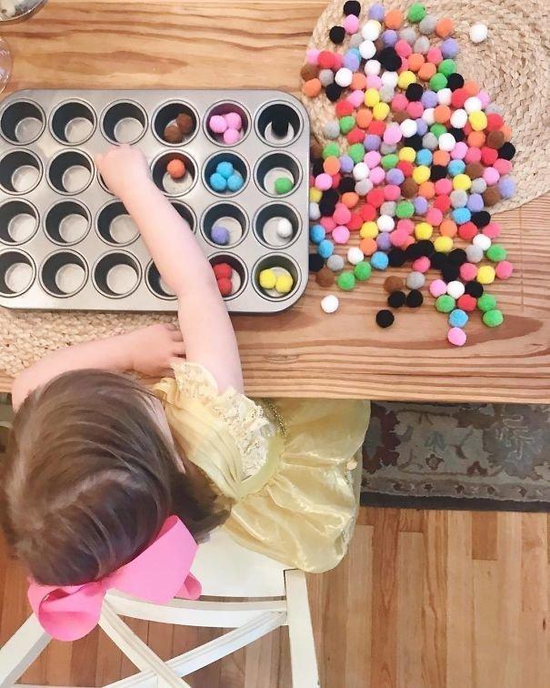 9. «Дайте ребёнку форму для выпечки и предложите рассортировать мелкие предметы по цветам» Хитрость, дети, идея, полезно, родители, совет, фантазия