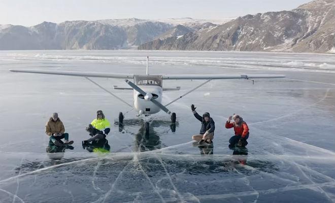 Посадка самолета на прозрачный лед Байкала: под шасси было видно бездну под водой Культура