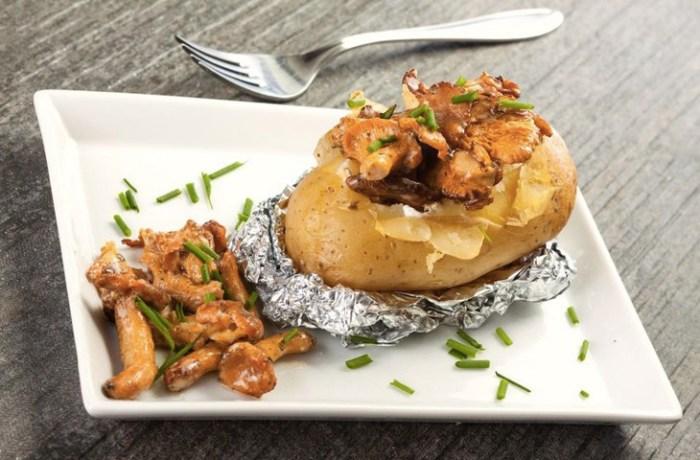 Оборачиваем картошку фольгой и добавляем грибы