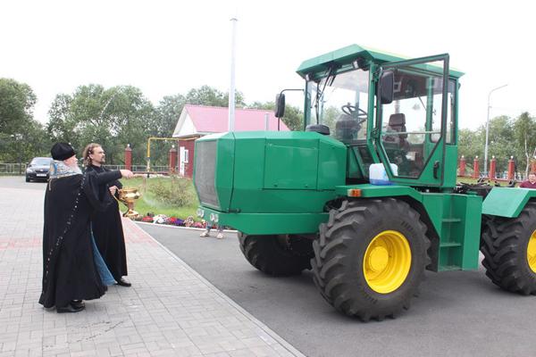 Обряд освящения «инновационного трактора» в Кургане сравнили с карго-культом