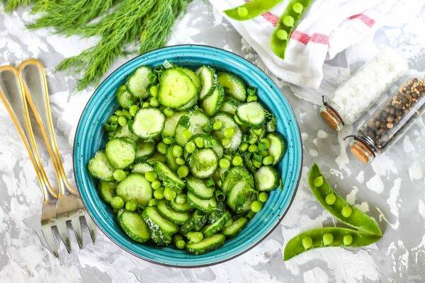 Салат с горошком и огурцом дополнит любое мясное блюдо