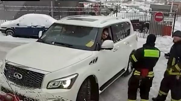 Водитель Infiniti не пропускает два пожарных автомобиля и скорую в московском дворе