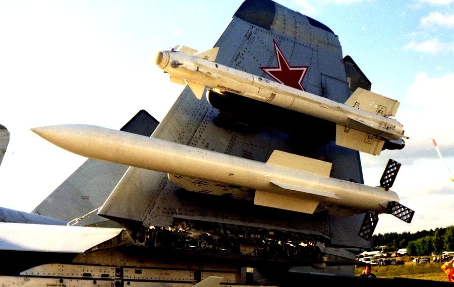 Истребитель Су-57 впервые показали с новейшей ракетой К-77