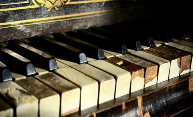Старое пианино хотели сдать в мусор. Когда его начали разбирать, из корпуса посыпались деньги, спрятанные много лет назад Культура