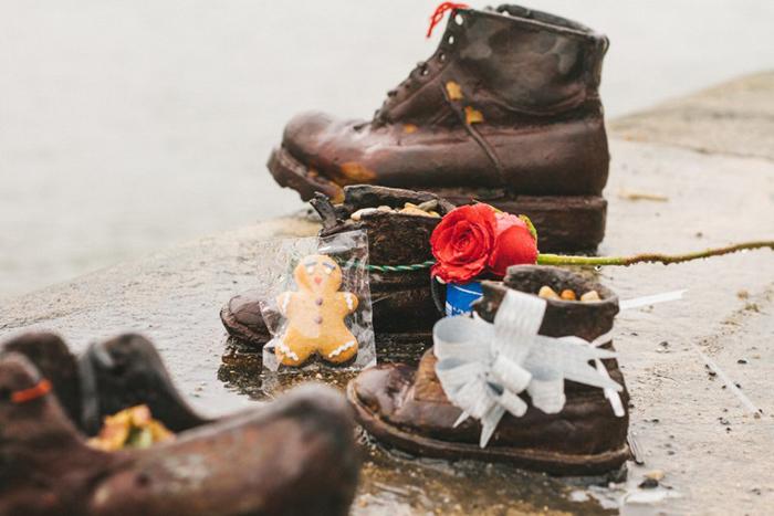 Среди обуви можно увидеть и мужские, и женские, и детские ботинки.