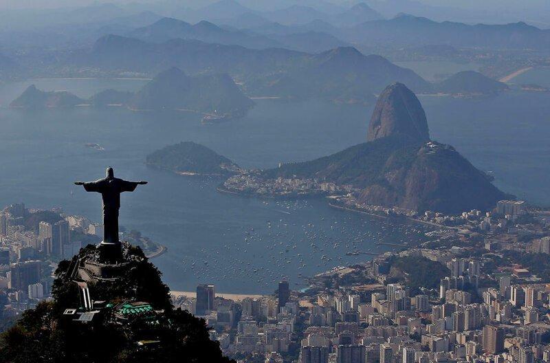 Христос-Искупитель над Рио-де-Жанейро, Бразилия. Хотя памятник стоит на горе на высоте 700 м над городом, сама статуя имеет в высоту всего 30 м, занимая 135-ю строчку в мировом рейтинге в мире, высота, красота, люди, памятник, подборка, статуя, факты