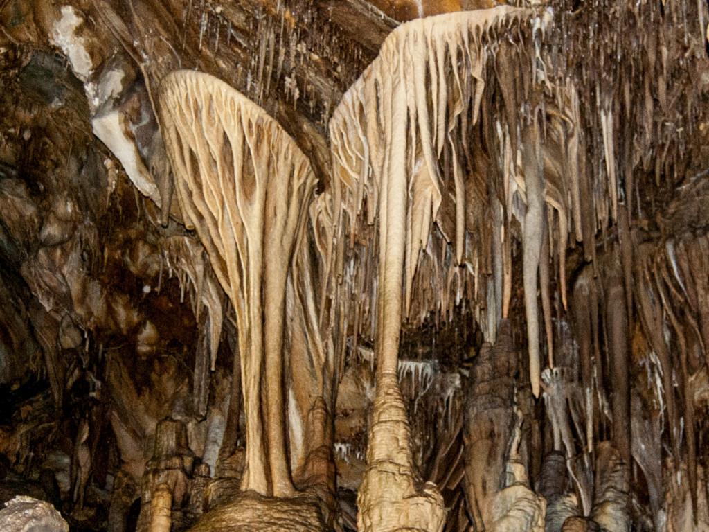 Свисающе-растущая красота: сталагмиты и сталактиты как из сказки