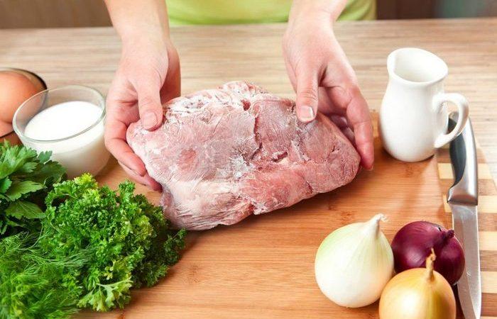 Как оперативно разморозить мясо, если забыл достать его из морозилки заранее готовим дома,кулинарные хитрости