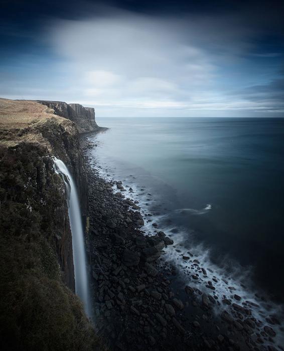 Высокие скалы возле берегов Атлантического океана.