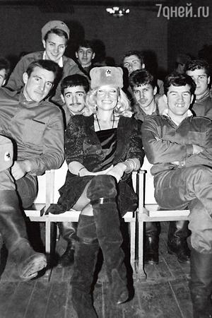 После съемок в «Бриллиантовой руке» Светличная судовольствием вжилась вобраз первого советского секс-символа. На встрече своеннослужащими, 1970 г.