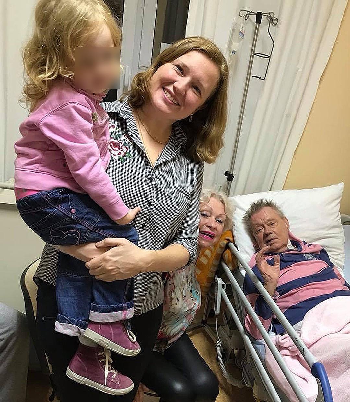 Внучка Караченцова показала последнее фото актера на больничной койке