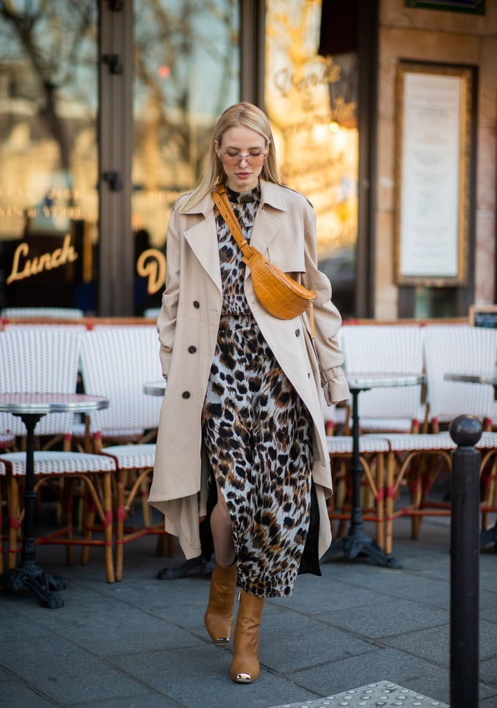 Девушка в тренче и леопардовом платье
