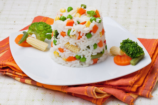 Вареный рис с овощами