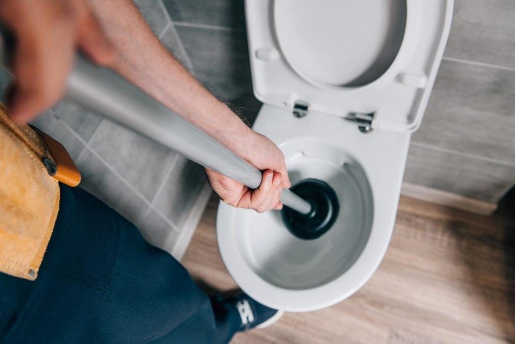 Как прочистить унитаз без троса и вантуза