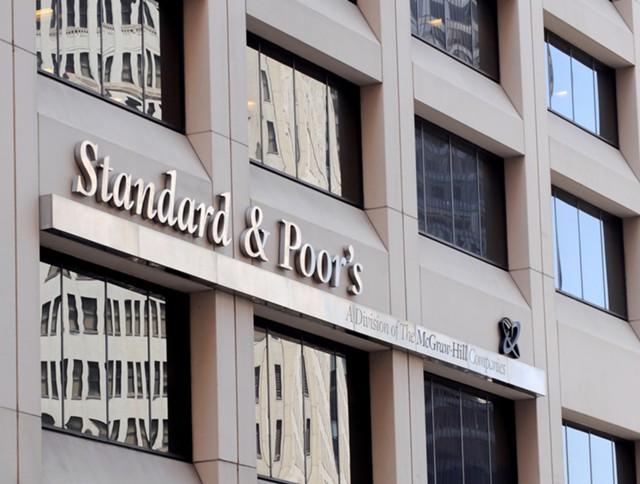 S&P повысило рейтинг РФ до инвестиционного уровня