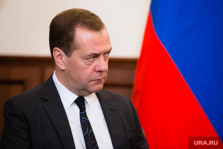 Россияне скептически отнеслись к словам Медведева о сокращенной неделе. «Пенсионный возраст поднимут до 100 лет»