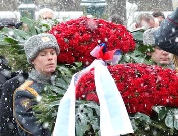 Цветы возложили к мемориалу памяти советских воинов в Берлине