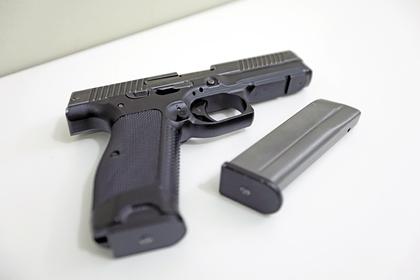 Российский школьник принес пистолет в школу и открыл огонь в раздевалке