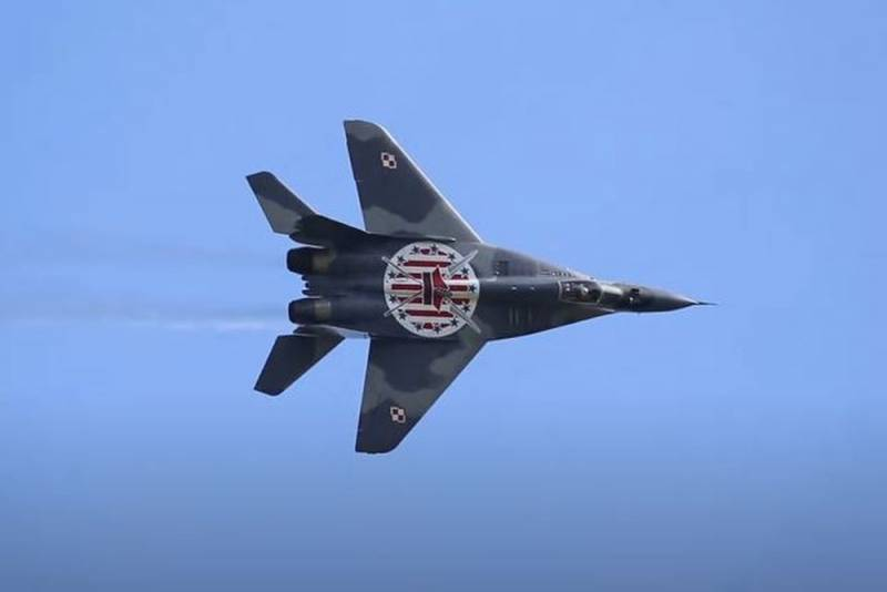 «Русские самолёты летают, а американские F-16 стоят в ангарах»: польские читатели о маневрах с МиГ-29 Новости