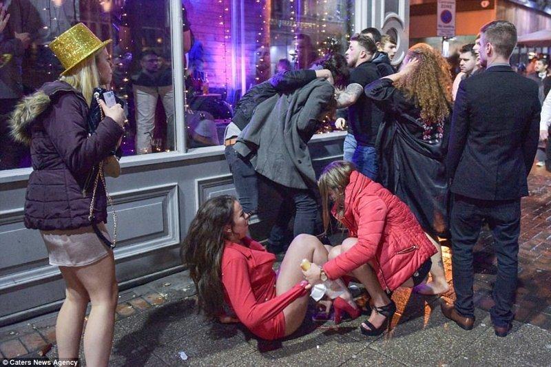 Трудно удержаться на ногах в этот день. Бирмингэм великобритания, новый год, погуляли, тусовщики, фоторепортаж, хогманей, шотландия