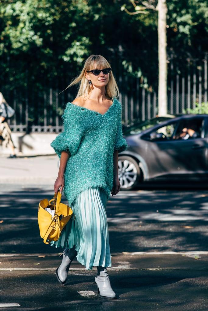 Девушка в ментоловых свитере и юбке