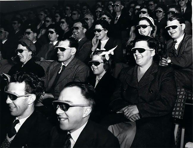 """17. Зрители смотрят """"стереоскопический фильм"""" в 3D-очках во время британского фестиваля, Лондон, 1951 год винтаж, интересно, исторические кадры, исторические фото, история, ретро фото, старые фото, фото"""