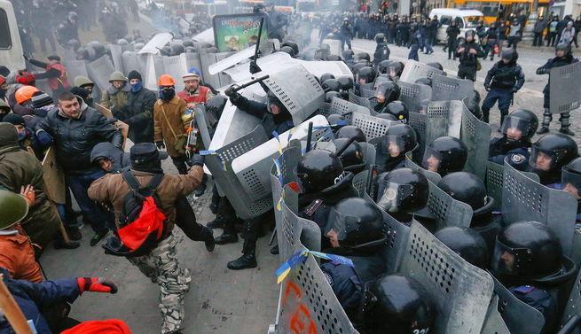 Георгий Тука стучит со дна со словами: «У нас тут бунт намечается!»