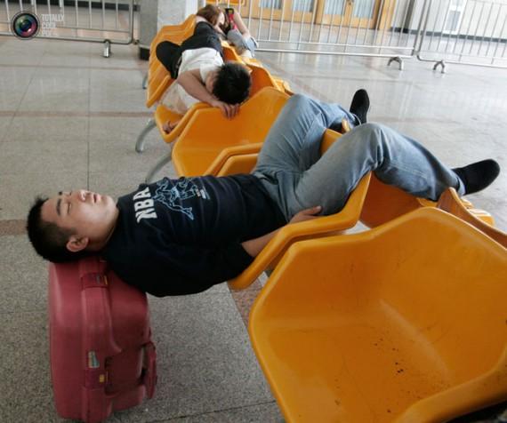 Как спят китайцы ?  Как акробаты в цирке.