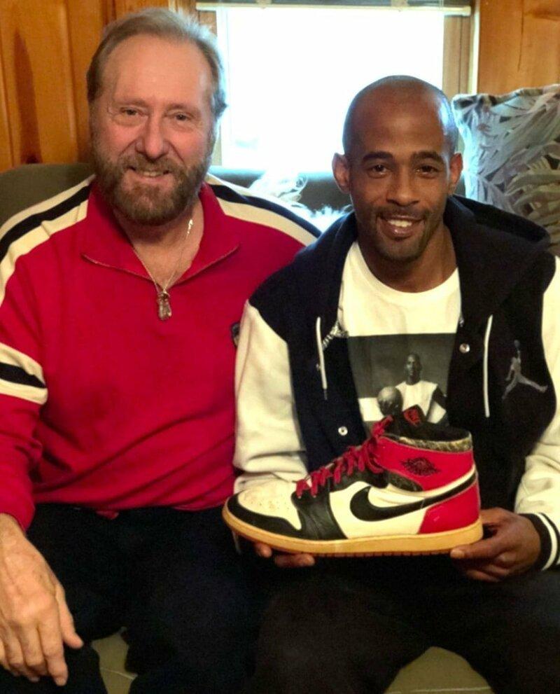 7. Работник супермаркета убирал складское помещение и нашёл старые кроссовки Майкла Джордана в мире, везение, жизнь, история, люди, находка, удача