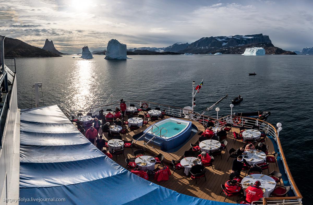 Сибаритство в Арктике: обед на фоне вековых айсбергов