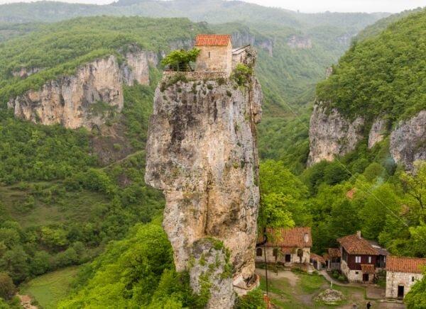 Как на 40-метровой отвесной скале оказался дом и церковь? Столп одиночества в Грузии