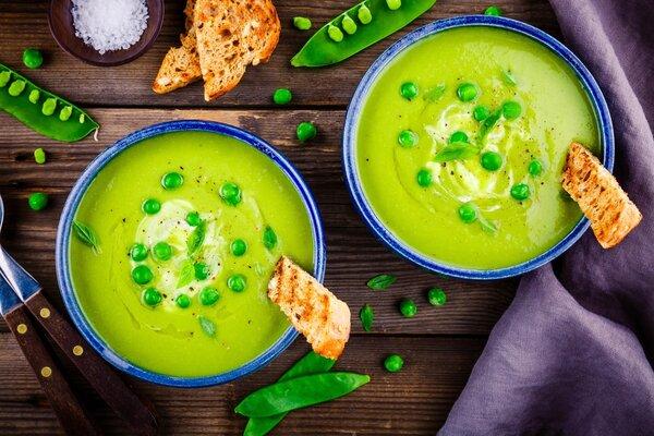 Сытный, яркий и полезный крем-суп из зеленого горошка