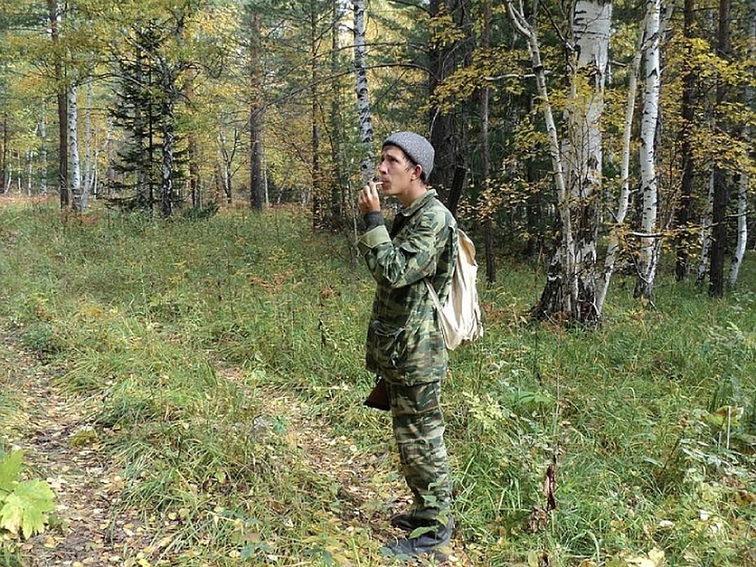Таежный блогер из Иркутска свистит рябчиков в лесу.