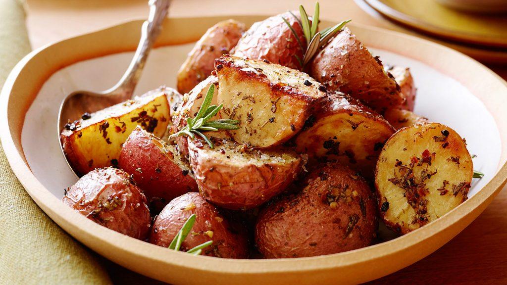 Румяный картофель с розмарином