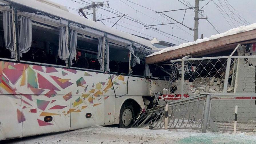 Шлагбаум подвел: «Ласточка» врезалась в автобус