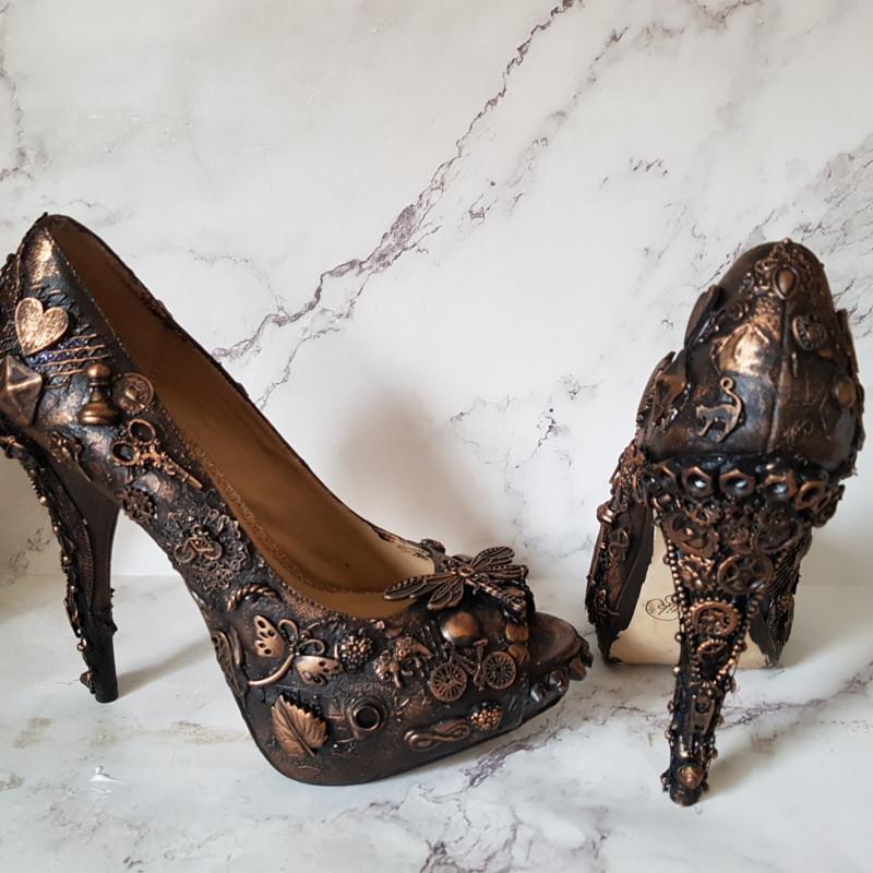 Достала свои старые туфли на шпильке, обклеила пригоршней бижутерии и теперь храню в них кольца: подружка просит сделать ей такие же декор,новая жизнь старых вещей