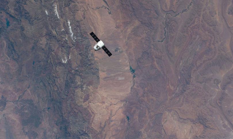 Грузовой корабль SpaceX Dragon приближается к МКС, 6 мая 2019. Внизу — Марокко. (Фото NASA):