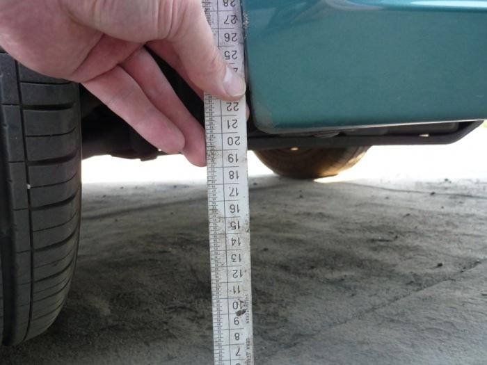 Измерение дорожного просвета. | Фото: drive2.ru.