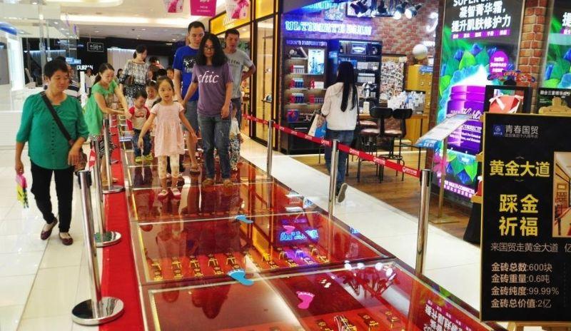 В китайском торговом центре пол выложили слитками чистого золота
