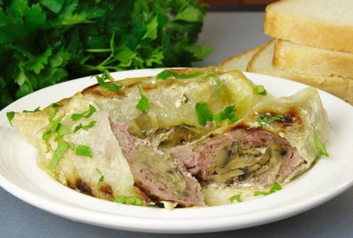 Аппетитное мясо в капустных листьях.