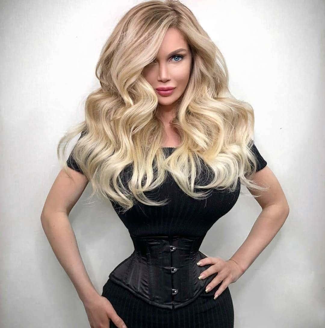 блондинка с тонкой талией