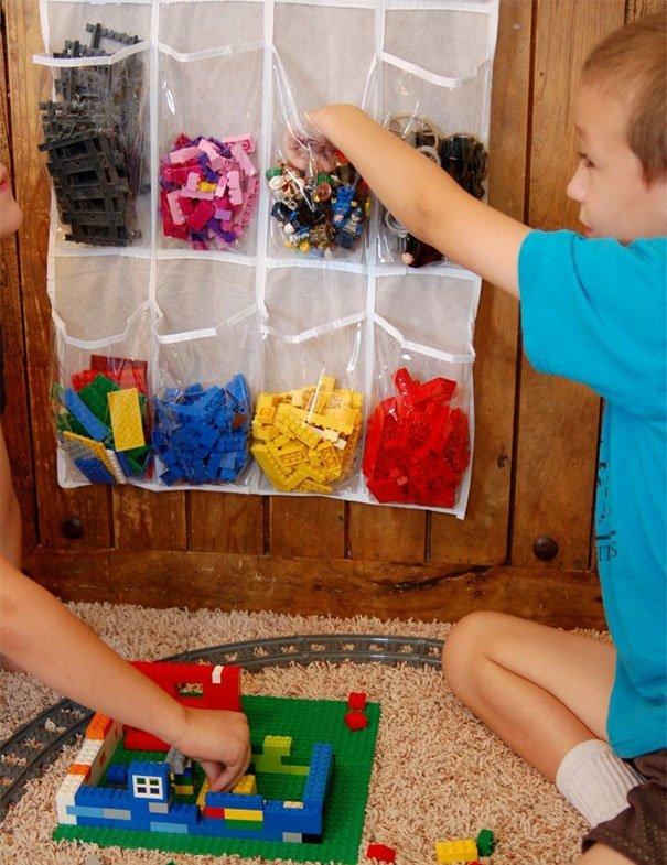17. «Используйте органайзер для хранения обуви, чтобы рассортировать Лего по цветам» Хитрость, дети, идея, полезно, родители, совет, фантазия