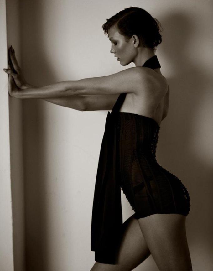 Карли Клосс: ноги на ширине плеч Девушки