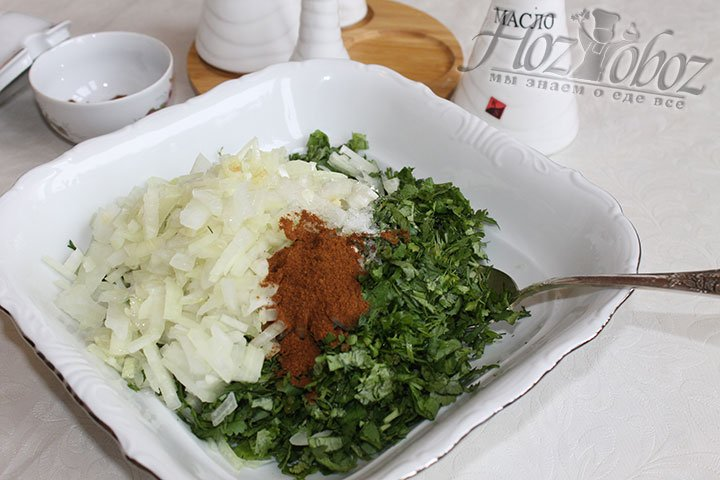 Зелень и нарезанный лук смешиваем и приправляем солью, перцем и растительным маслом по вкусу